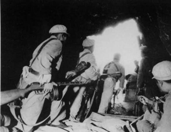 波波沙图_坑道中的志愿军战士手持苏制波波沙冲锋枪和反坦克手雷.