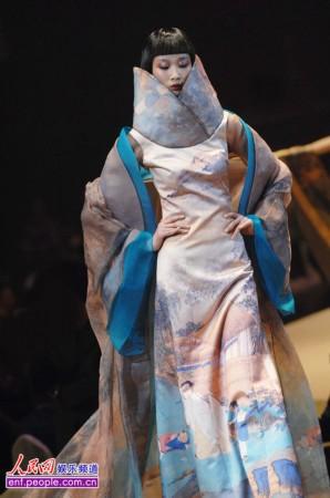 薄涛时装发布会打造中国风 模特舞动水墨霓裳