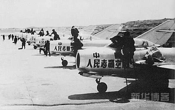 空3师   空3师在抗美援朝前后两轮作战中,全师共有63名飞行员参战,其中45名飞行员是两次参战。共战斗起飞255批,3465架次;实战52批,776架次。有45名飞行员击中敌机,占参战飞行员总数的71.4%。全师共击落击伤敌机114架(其中击落87架,击伤27架;7团击落击伤58架,9团击落击伤56架)。   这些战果和胜利,来之不易。在战斗任务频繁时,空3师几乎天天升空作战,有时一天要起飞二至三次。由于飞机损伤和飞行员减员,最困难时,一个团只能起飞8架飞机,照样坚持战斗值班和起飞作战。整个抗美援朝战
