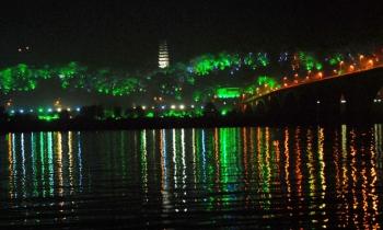 南充白塔公园夜晚化身 绿色长龙