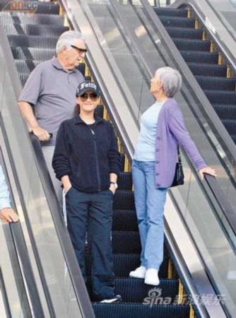 李玟素颜陪两位老外长辈逛街.