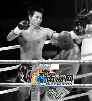 马龙/▲泰国拳王考克莱(左)对阵法国拳王马龙·讷托