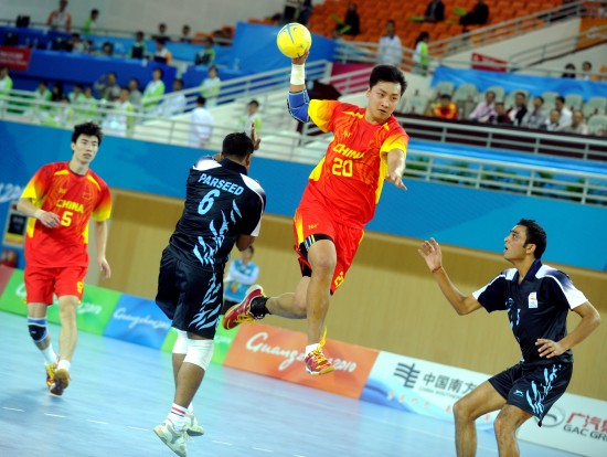 亚运手球比赛中国胜印度 潘翔比赛中进攻