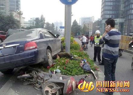 电瓶车被撞的粉碎   四川新闻网成都11月16日讯(   )   今(16)天下午14点18分左右,人民南路三段锦江宾馆附近发生一起轿车与电瓶车相撞的交通事故.