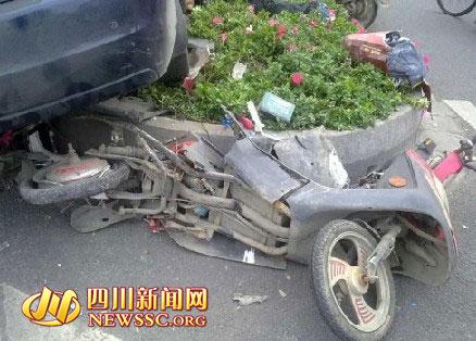 电瓶车被撞的粉碎   四川新闻网成都11月16日讯(记者 杨可心) 今(16)天下午14点18分左右,人民南路三段锦江宾馆附近发生一起轿车与电瓶车相撞的交通事故。   记者在事故现场看到,出事车辆为一辆深蓝色荣威750E型轿车与一辆红色电瓶车,电瓶车从座位到尾部位置都被撞得粉碎,后轮轮胎爆裂,现场到处都是电瓶车的碎片。而荣威轿车的大半个车身则冲上了道路中间的绿化隔离带,一只后轮紧贴电瓶车破碎的尾部。身着棕色夹克的电瓶车主躺倒在绿化隔离带上,动弹不得。   站在一旁的荣威轿车车主是位20岁左右的年轻男子,