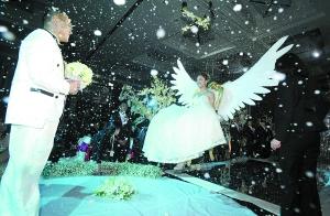 新人办创意婚礼花10万购花 新娘吊威亚飞向新