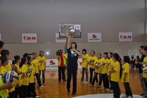 郎平教孩子们打排球高清图片