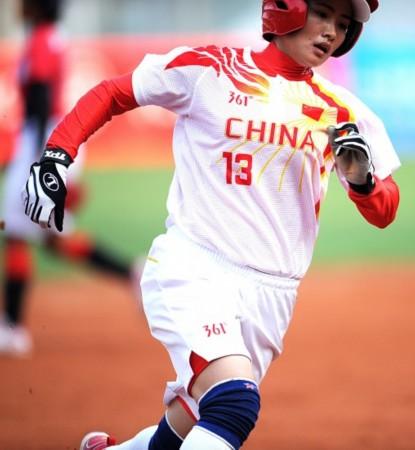 当日,在第16届亚运女子垒球预赛中,中国队以9比0大胜泰国队.黄雪羽毛球图片