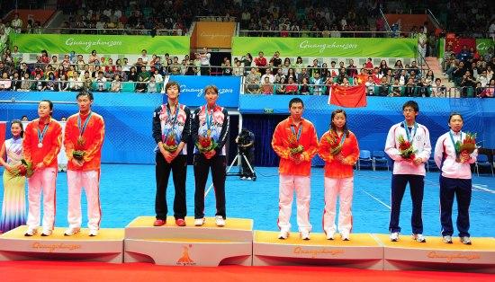 图文-羽毛球混双颁奖仪式 前三名领奖台合影