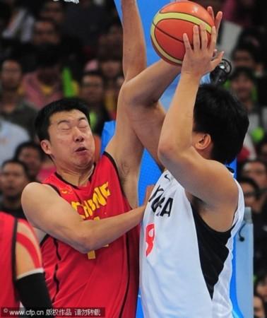 中国男篮76 66韩国 大郅防守