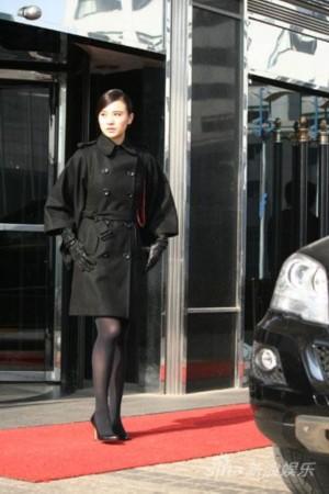 丝袜骚穴小�_一件今冬流行的最新款黑呢大衣搭配黑色丝袜和高跟鞋的小宋佳帅气