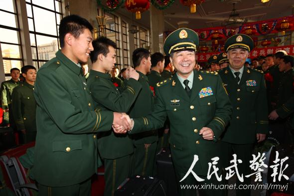 武警司令员王建平政委许耀元到火车站欢送老兵图片