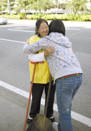 王阿姨和姐姐做爱_慧慧拥抱清洁工王阿姨.