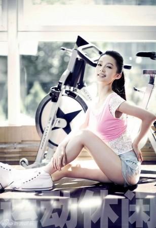 李沁穿轻薄运动装拍大片青春饰演两度逼人杨性感贝贝视频图片