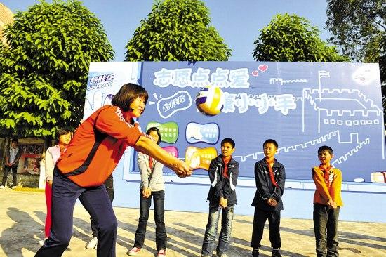 郎平助阵志愿者活动 带领孩子们打排球比赛 高清图片