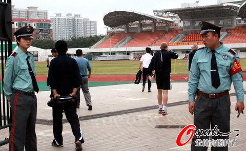 记者现场看到,国足们只在进行简单的慢跑,颠球,酷似练瑜伽的压腿弯腰