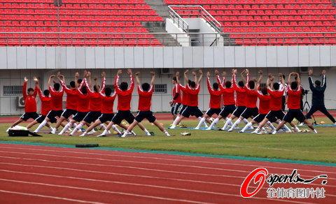 国足海南封闭训练第2日 开始做准备活动
