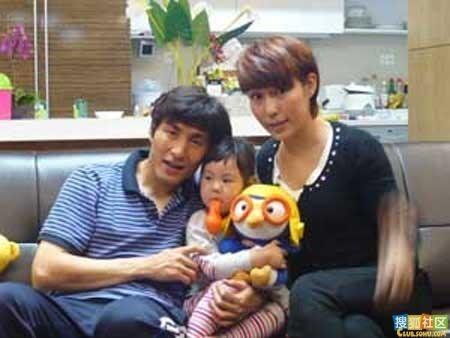 李玮峰老婆_李玮峰与现在的妻子和女儿