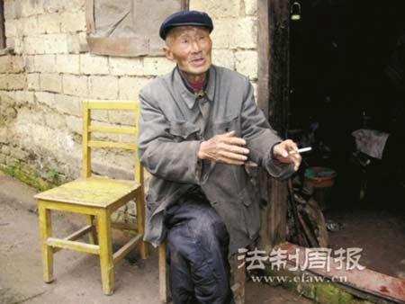 王飞黄老人几平方的房屋里,随处可见的是他捡回来的一些废品.
