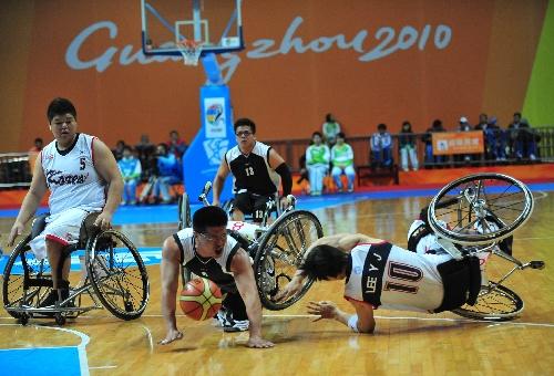 图文:轮椅篮球韩国胜中华台北 李尹柱防守犯规