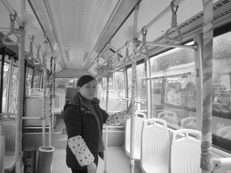 近日,记者找到了这辆公交车.一上车,就看到12米长的公交高清图片