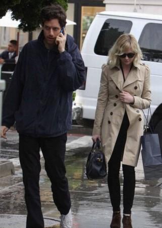 克里斯汀 邓斯特和男友逛街心情大好