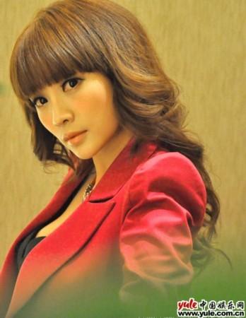 丁香上原爱_身在台湾拍摄偶像剧《爱上查美乐》的柳岩饰演干练女经纪人