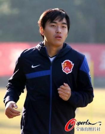新浪体育讯 2010年12月27日,冯潇霆杨君加盟恒大首训,图为...