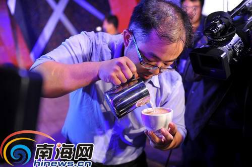 咖啡大师现场为观众表演咖啡拉花.(南海网记者汪德芬摄)