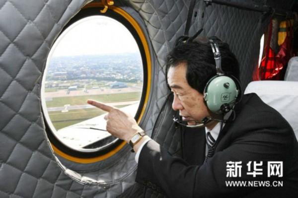 12月18日,日本首相菅直人乘坐直升飞机视察冲绳县的美国海军陆战队