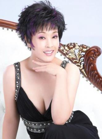 还是一头短发,还是一口浓浓乡音,眼前的刘晓庆没有丝毫的明星架子,与图片