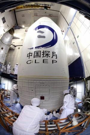 资料图:嫦娥一号卫星直立火箭顶部.