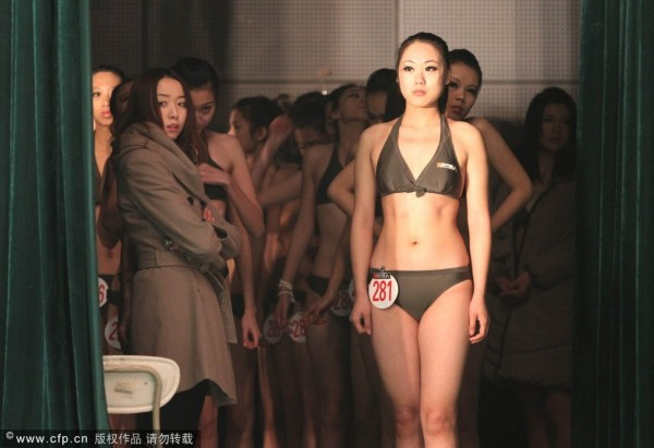 高清:青岛艺考学生上演惊艳泳装秀