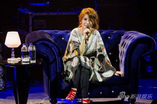 场在新加坡节庆剧场举行,在全场满满歌迷的欢呼声中登台.为了不让