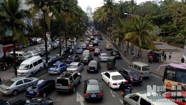出行、购物,导致海口城市交通大堵.新华社记者 侯建森 摄   高清图片