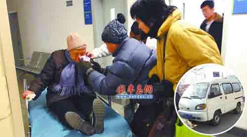 打工夫妻开面包车倒车过快 85岁老太被撞一脸血高清图片