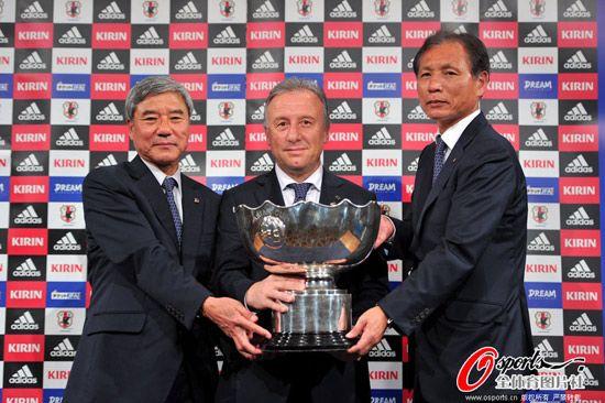 亚洲冠军日本队召开记者会 共同展示亚洲杯