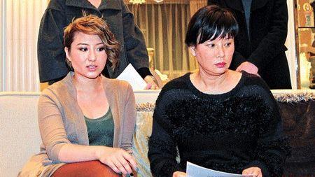 三太太陈婉珍及女儿何超云现身宣读声明.