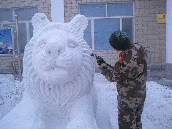 一只雪雕小兔子,经过官兵中的精心设计