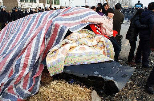 六安车祸_安徽六安严重车祸造成四死一伤 事故致公路堵塞