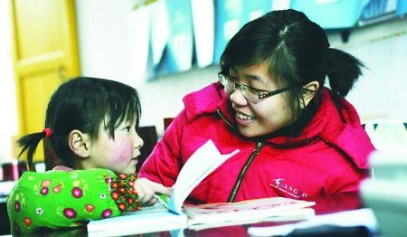 丰都县彭家坝小学一年级的小秋钰每天在学校食堂捡拾地上的饭粒,