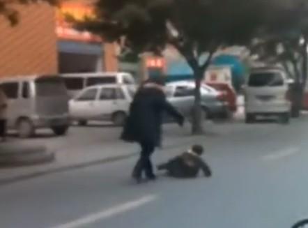 孩子:组图当街暴打视频被目击者拍成视频传上母亲转笔教程图片
