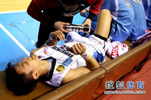 组图:北京战上海 李学林首节拼抢受伤下场治疗图片