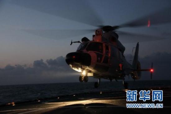 组图:中国海军护航编队进行夜间飞行训练