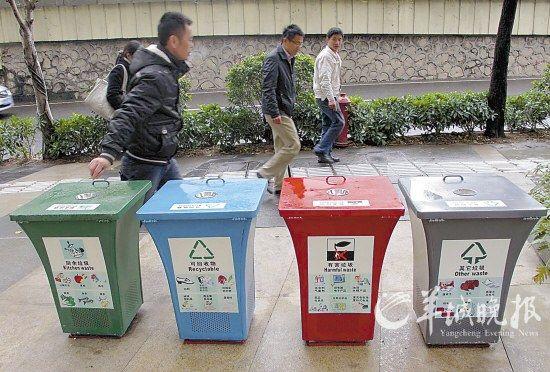 广州东风东路,一位市民将手中的烟头丢入分类垃圾桶 羊城晚报记者 刘琳 摄   2月17日,《广州市城市生活垃圾分类管理暂行规定》(下简称《规定》)由广州市政府正式公布。从4月1日起,违规并拒不改正的广州市民,将面临罚款50元的处罚。这是中国内地第一部城市生活垃圾分类管理的暂行规定。   《规定》公布约一周后,2月23日,正在参加两会的广州市城管委主任李廷贵告诉羊城晚报记者:关于罚款,不是说都要罚、一刀切,而是要通过宣传教育,拒不按要求做的才处罚。据他介绍,目前全市大概有500多万户家庭,实现普遍垃