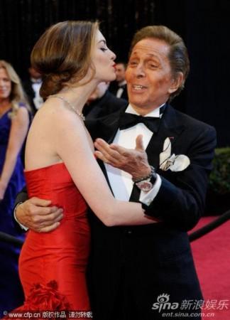 83届奥斯卡红毯 海瑟薇献吻设计师华伦天奴
