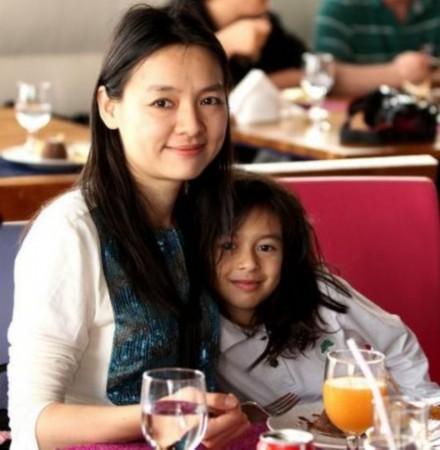 ...诸宸、许昱华在卡塔尔聚会,米卢还与诸宸女儿下国际象棋.图...