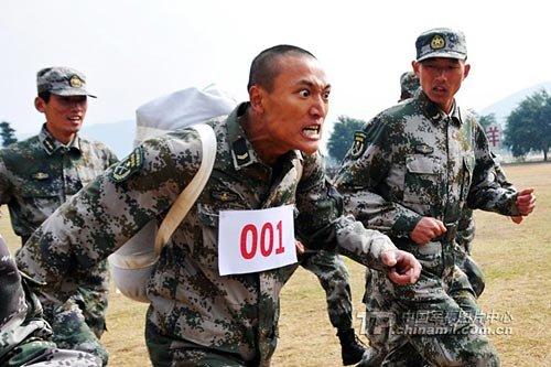 资料图:解放军训练-解放军今年将全面加薪 士官涨幅一律为40