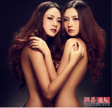 姐妹性感人体艺术_今年遭央视弃用的原因是因为双胞胎姐妹拍了裸体喷血写真,转而换成了
