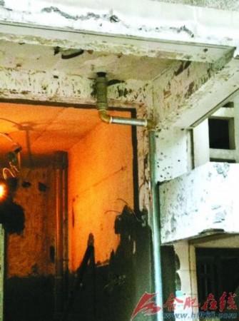 套二手房正在為房子裝修,由于廚房陽臺上的一根直線燃氣管道影響美觀